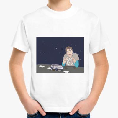 Детская футболка парень за столом-трассой