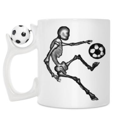 Кружка Скелет играет в футбол