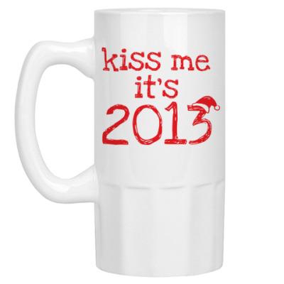 Пивная кружка Надпись Kiss me - it's 2013!