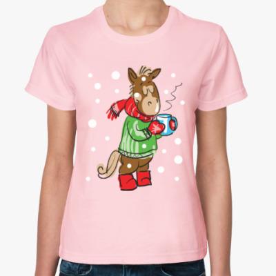 Женская футболка Новогодняя лошадь с чаем