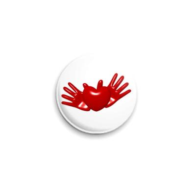 Значок 25мм Сердце в руках