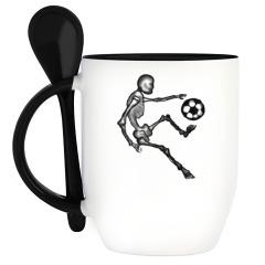 Скелет играет в футбол